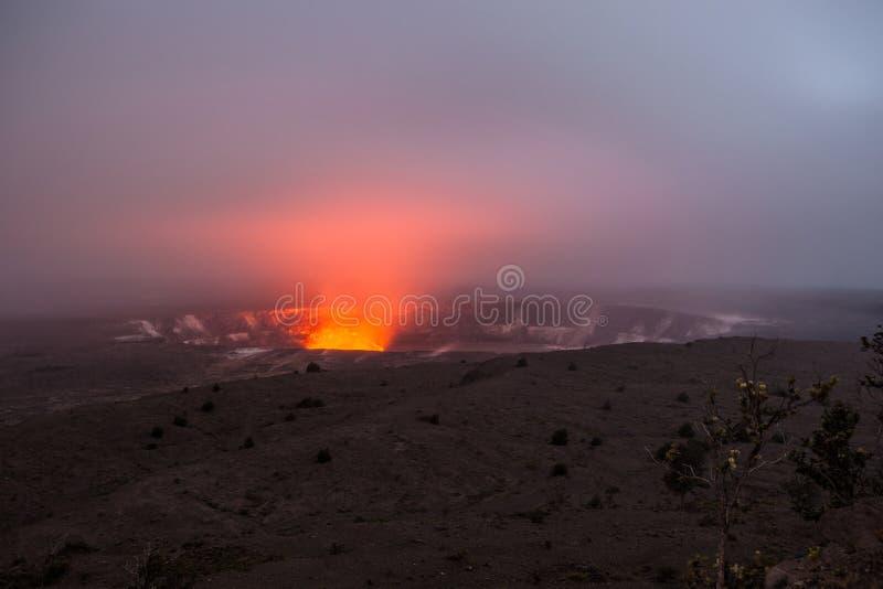 Fogo e vapor que entram em erupção da cratera de Kilauea, ilha grande de Havaí foto de stock