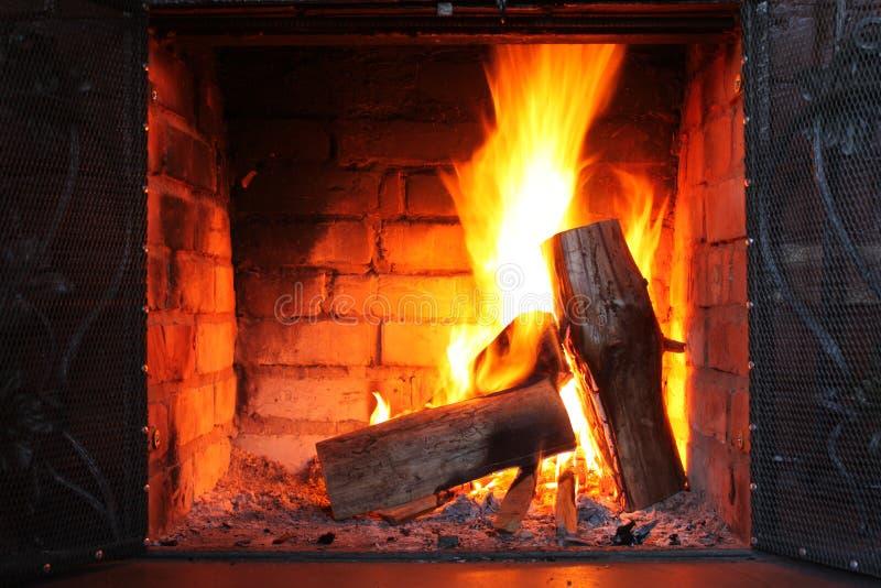 Fogo em chaminé ardente no close-up do inverno foto de stock royalty free