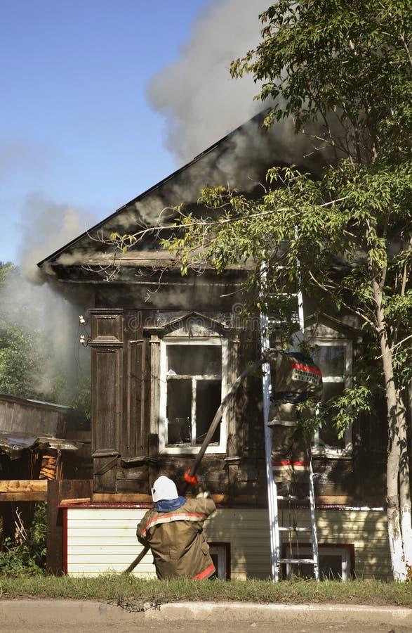 Fogo em Kungur Perm Krai Rússia fotos de stock royalty free