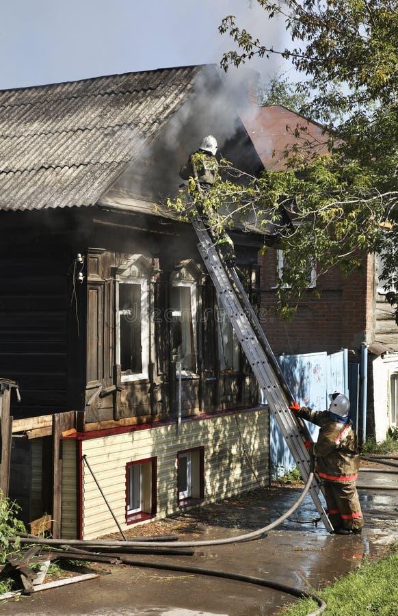 Fogo em Kungur Perm Krai Rússia imagens de stock