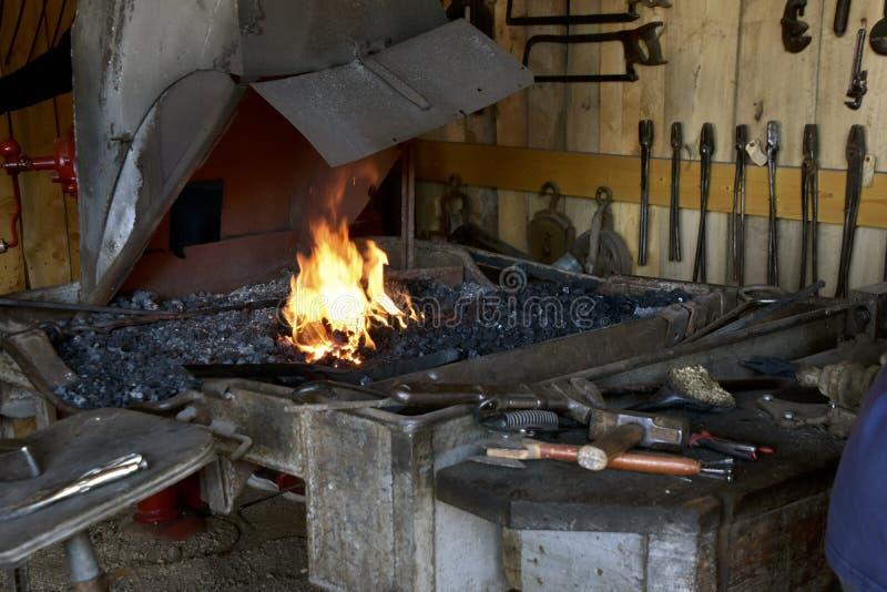 Fogo em uma forja em uma loja do ferreiro fotos de stock royalty free