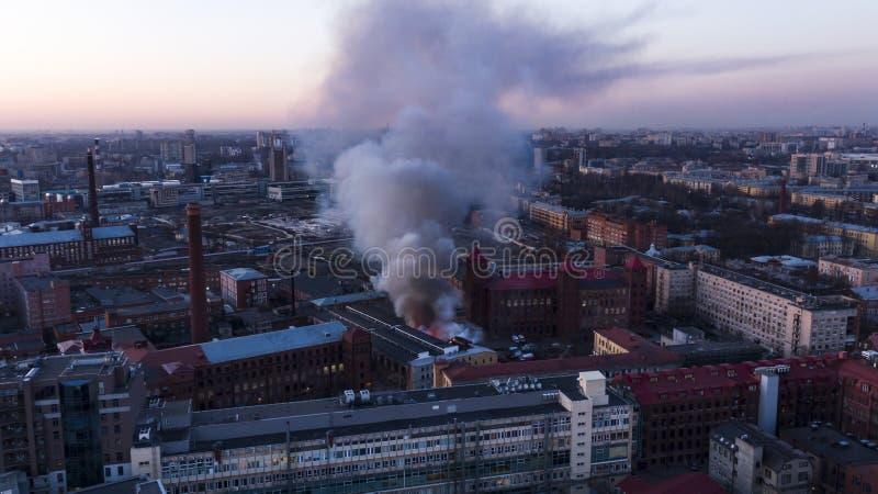 Fogo na construção, elevações pretas do fumo, vista aérea imagens de stock royalty free