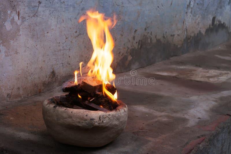 Fogo na manhã nevoenta fria do inverno da rua em Varanasi imagem de stock royalty free