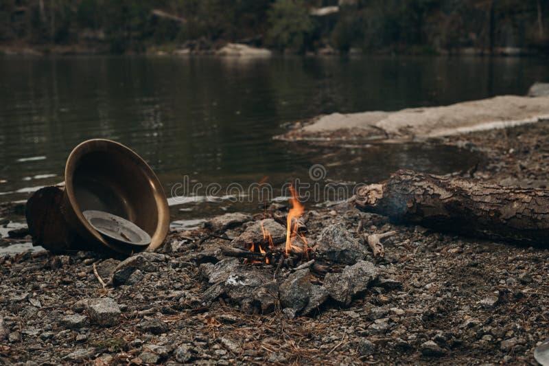 Fogo no lago onde o ouro é minado imagem de stock