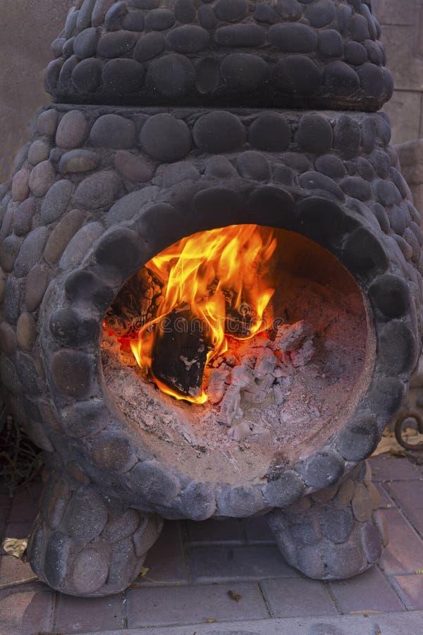 Fogo que queima-se na chaminé de pedra do carvão vegetal velho imagens de stock royalty free