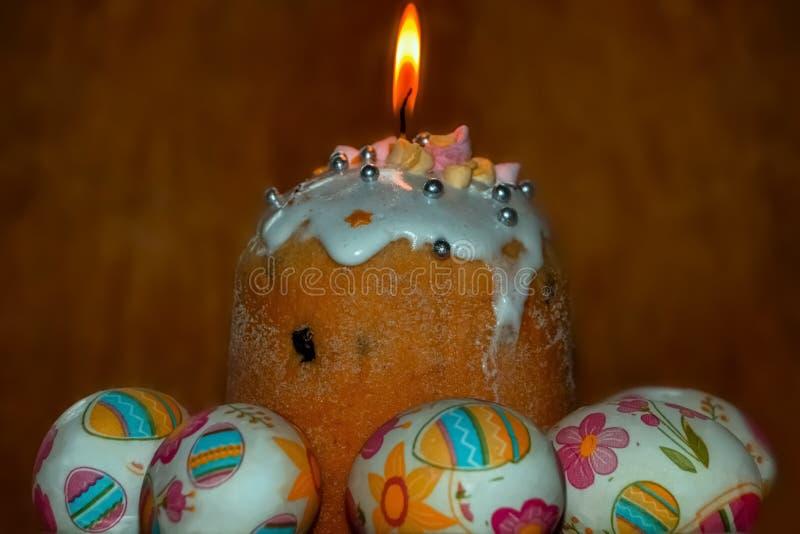 Fogo santamente sobre o bolo ortodoxo tradicional da Páscoa fotografia de stock royalty free