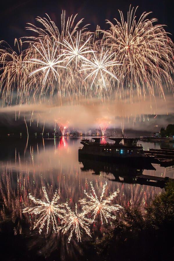 Fogos-de-artifício acima do lago foto de stock royalty free