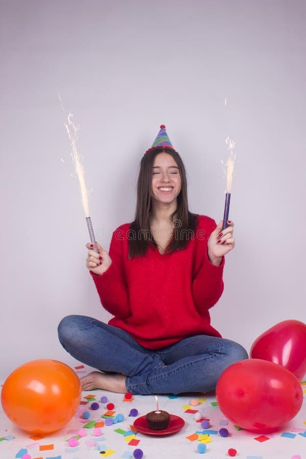 Fogos-de-artifício alegres do bolo de aniversário da menina imagens de stock