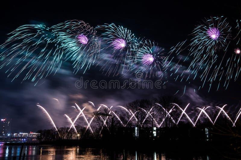 Fogos-de-artifício bonitos, coloridos acima do rio durante um Dia da Independência foto de stock