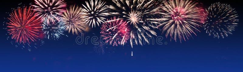 Fogos-de-artifício brilhantemente coloridos no fundo crepuscular - party a celebração fotos de stock