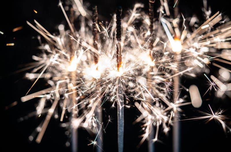 Fogos-de-artifício, chuveirinhos, estourando contra um fundo preto imagens de stock