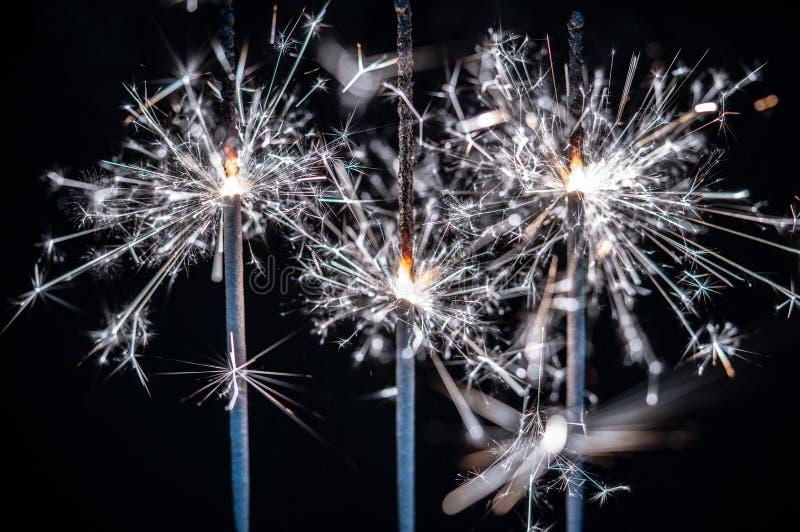 Fogos-de-artifício, chuveirinhos, estourando contra um fundo preto foto de stock royalty free