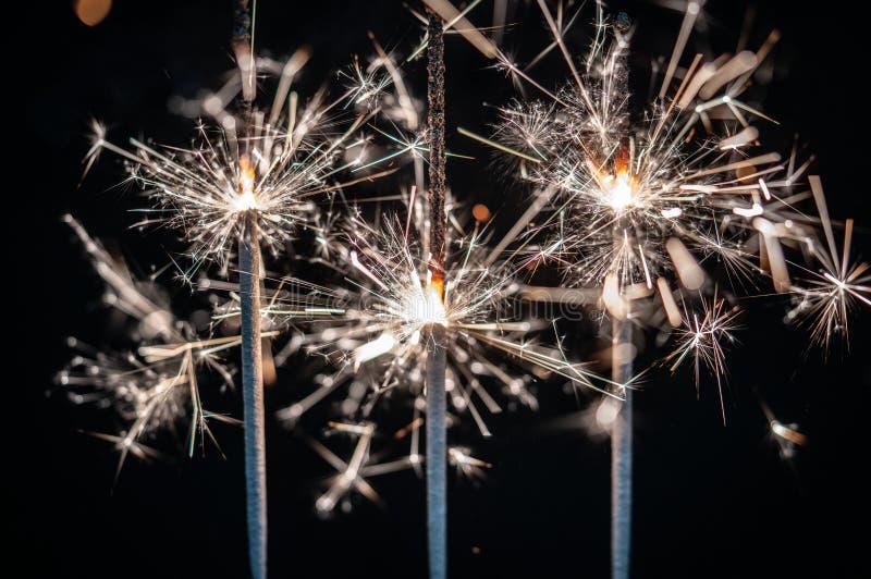 Fogos-de-artifício, chuveirinhos, estourando contra um fundo preto fotos de stock royalty free