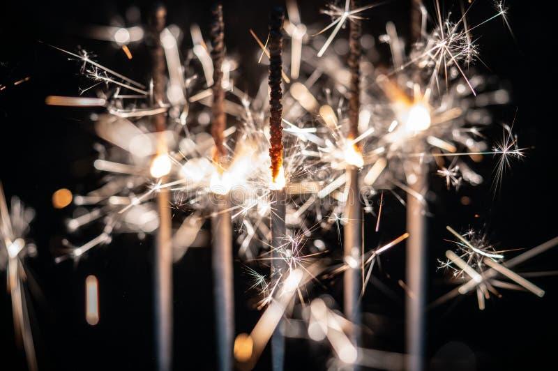 Fogos-de-artifício, chuveirinhos, estourando contra um fundo preto foto de stock