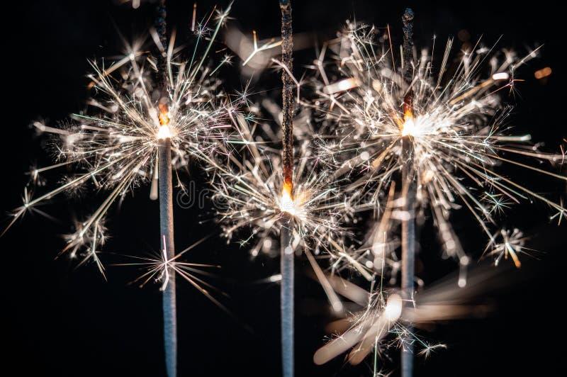Fogos-de-artifício, chuveirinhos, estourando contra um fundo preto imagem de stock