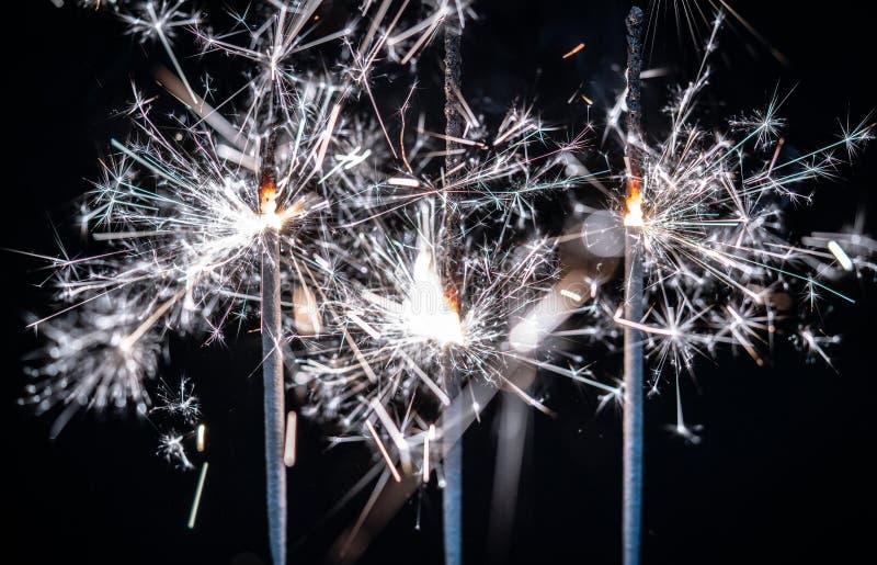 Fogos-de-artifício, chuveirinhos, estourando contra um fundo preto fotografia de stock