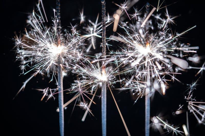 Fogos-de-artifício, chuveirinhos, estourando contra um fundo preto imagem de stock royalty free