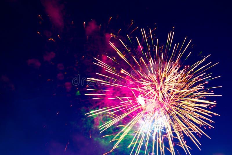 Fogos-de-artifício cinco - cinco fogos-de-artifício sopram no 4o da celebração de julho no Estados Unidos fotografia de stock royalty free
