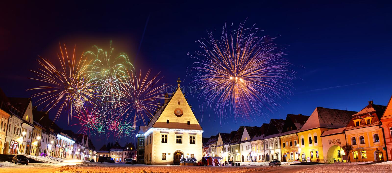 Fogos-de-artifício coloridos do ano novo em Bardejov imagens de stock royalty free