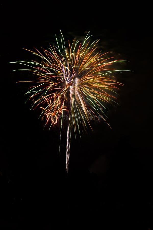 Fogos-de-artifício coloridos estourados no fundo preto imagens de stock royalty free