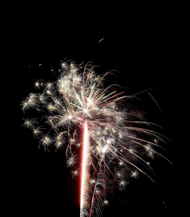 Fogos-de-artifício coloridos para a celebração do ano novo ou a 4o de julho fotografia de stock