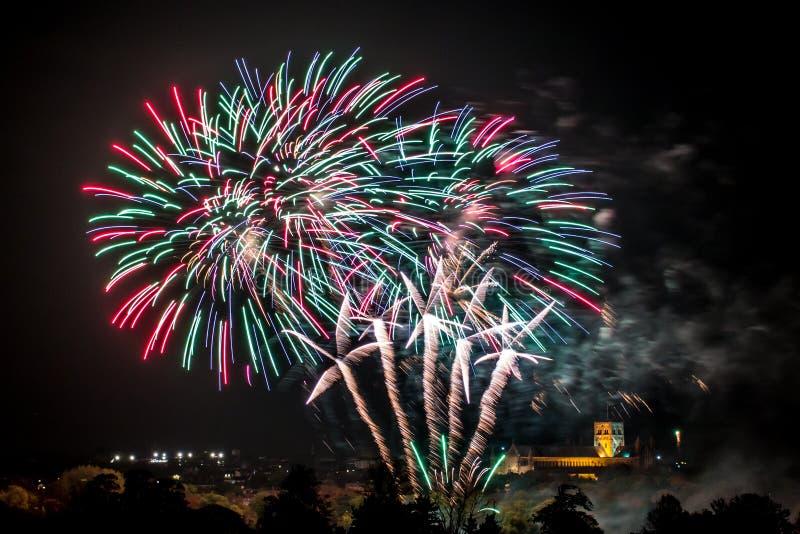 Fogos-de-artifício coloridos reais foto de stock royalty free