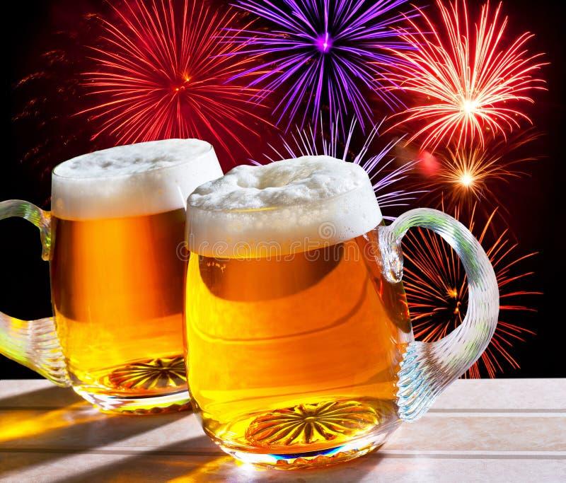 Fogos-de-artifício com dois vidros da cerveja imagem de stock