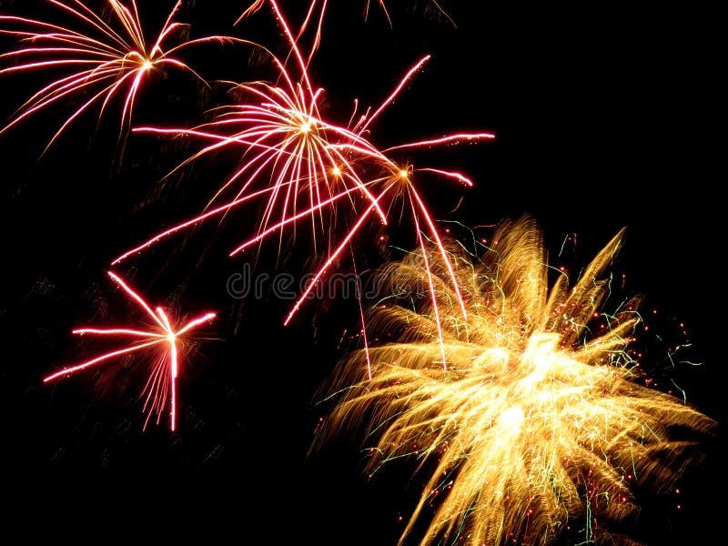 Fogos-de-artifício cor-de-rosa e amarelos foto de stock royalty free