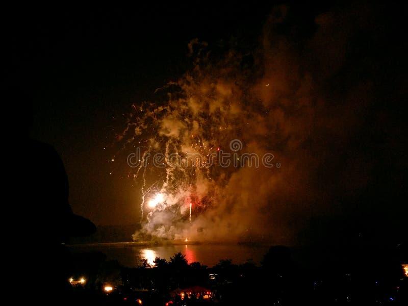 Fogos-de-artifício da beira do lago imagens de stock royalty free