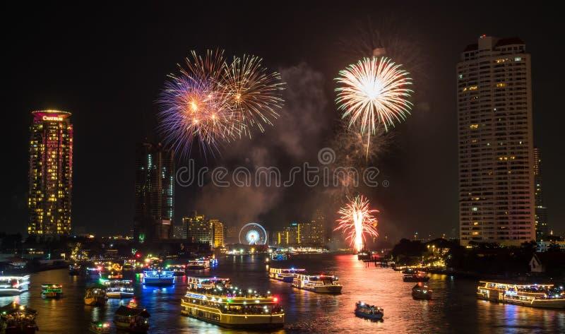 Fogos-de-artifício da celebração da contagem regressiva do ano novo em Banguecoque foto de stock royalty free