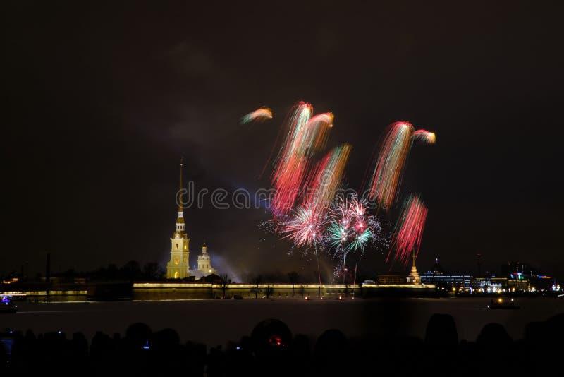 Fogos de artifício da noite de ano novo no Neva no fundo do Peter e do Paul Fortress fotos de stock