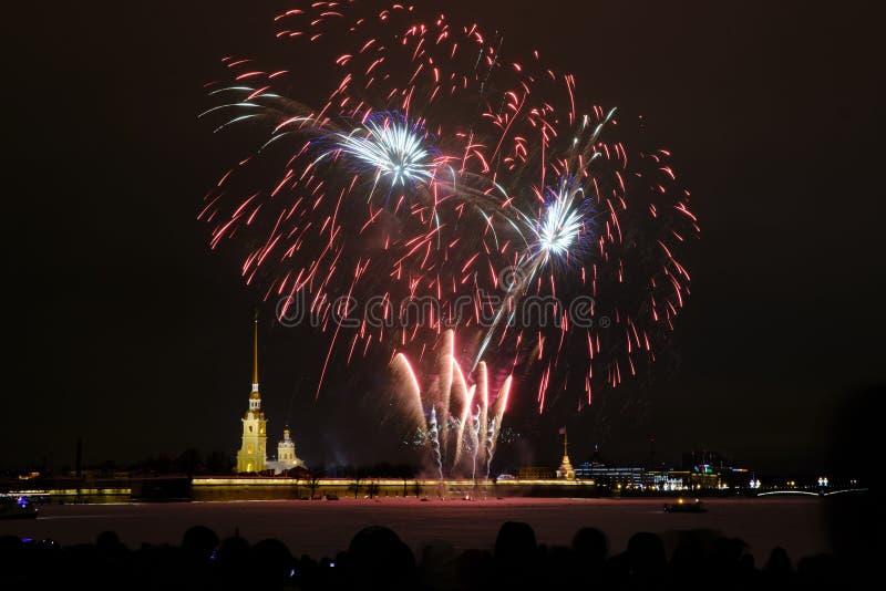 Fogos de artifício da noite de ano novo no Neva no fundo do Peter e do Paul Fortress imagens de stock