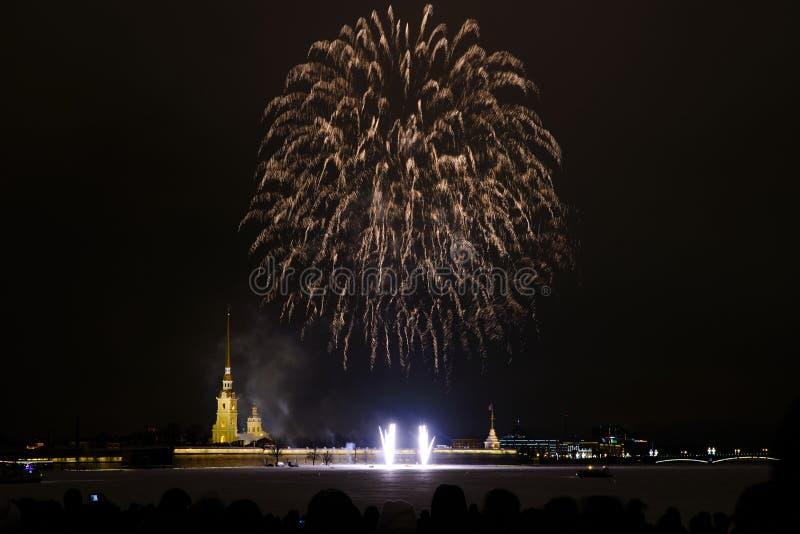 Fogos de artifício da noite de ano novo no Neva no fundo do Peter e do Paul Fortress fotos de stock royalty free