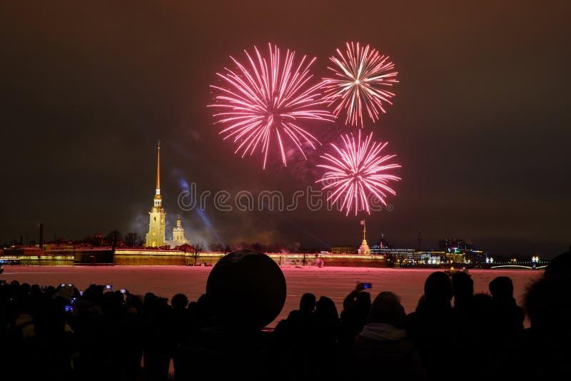 Fogos de artifício da noite de ano novo no Neva no fundo do Peter e do Paul Fortress foto de stock royalty free