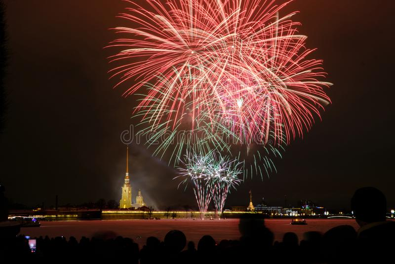 Fogos de artifício da noite de ano novo no Neva no fundo do Peter e do Paul Fortress fotografia de stock royalty free