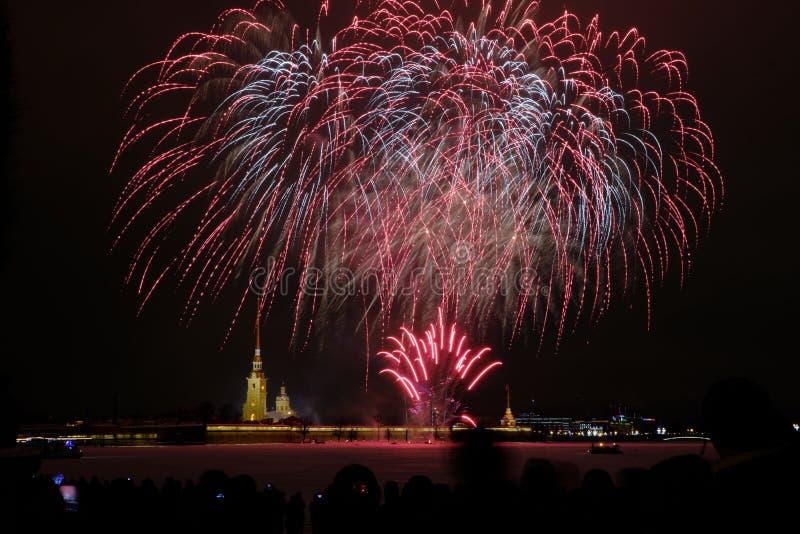 Fogos de artifício da noite de ano novo no Neva no fundo do Peter e do Paul Fortress fotografia de stock
