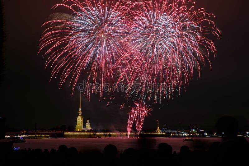 Fogos de artifício da noite de ano novo no Neva no fundo do Peter e do Paul Fortress imagem de stock royalty free