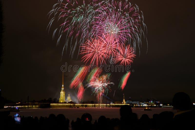 Fogos de artifício da noite de ano novo no Neva no fundo do Peter e do Paul Fortress foto de stock