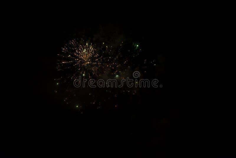 Fogos de artifício da noite - fogos de artifício e fumo no fundo da noite, céu enevoado fotografia de stock royalty free