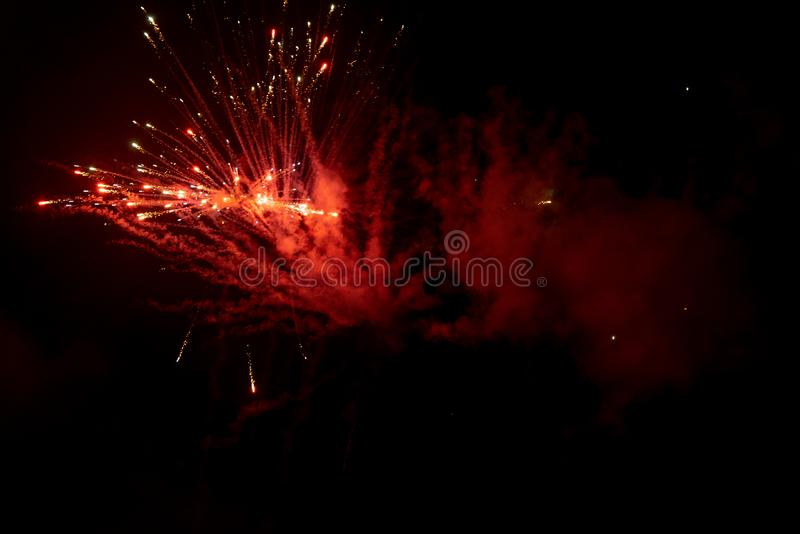 Fogos de artifício da noite - fogos de artifício e fumo no fundo da noite, céu enevoado fotos de stock
