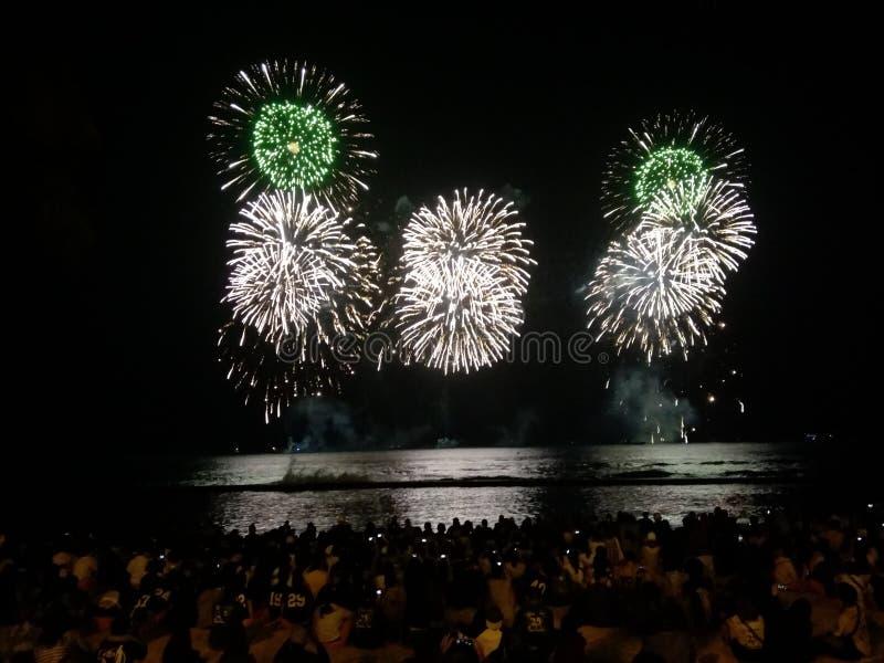 Fogos de artifício da praia de Waikiki imagens de stock