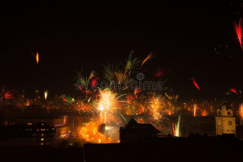Fogos de artifício da véspera de Ano Novo em Munich Alemanha Foco seletivo imagens de stock