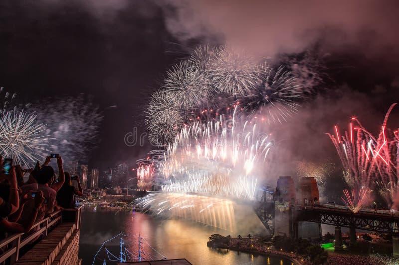 Fogos-de-artifício da véspera do ` s do ano novo em Sydney Harbour Bridge fotos de stock royalty free