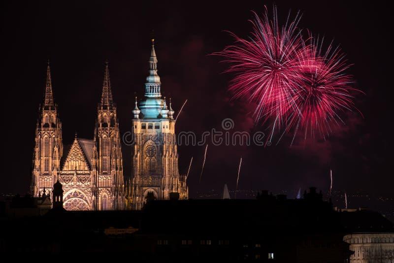 Fogos-de-artifício do castelo de Praga imagem de stock
