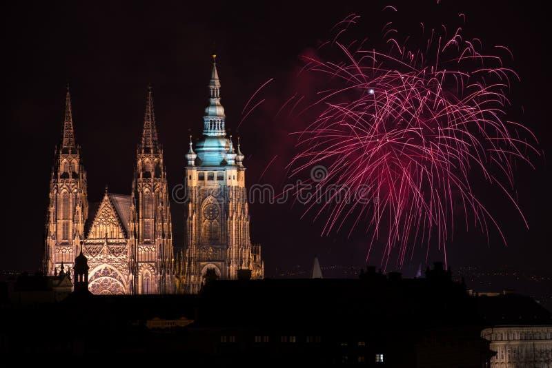 Fogos-de-artifício do castelo de Praga fotografia de stock