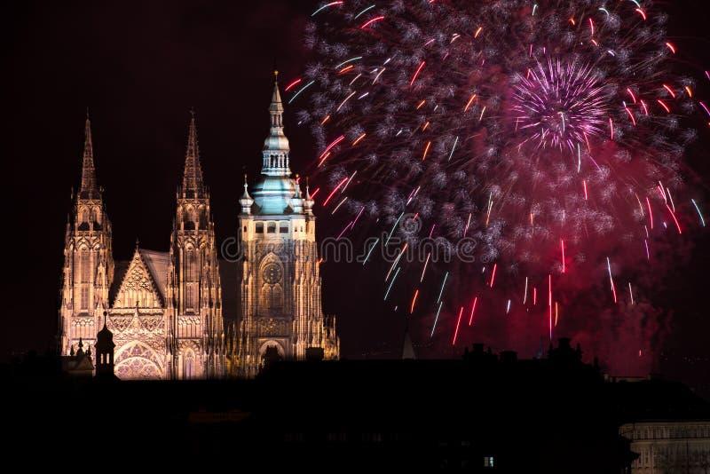 Fogos-de-artifício do castelo de Praga imagens de stock