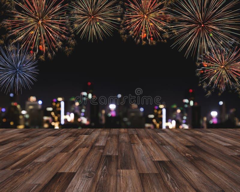 Fogos-de-artifício do festival na noite na cidade, assoalho de madeira com luzes de Bokeh da construção na noite Para o festival  fotos de stock royalty free