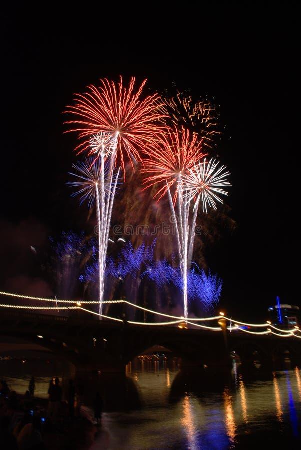 Fogos-de-artifício do lago Tempe na ponte imagem de stock royalty free