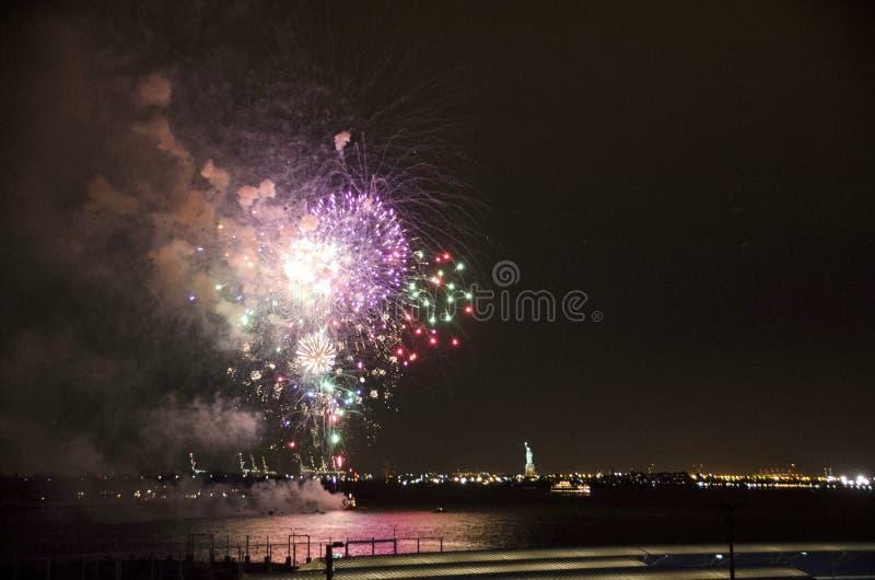 Fogos-de-artifício do porto de New York foto de stock