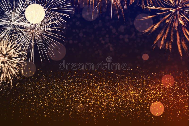 Fogos de artifício dourados no céu escuro com boque festivo Conceito de celebração do novo ano imagens de stock royalty free